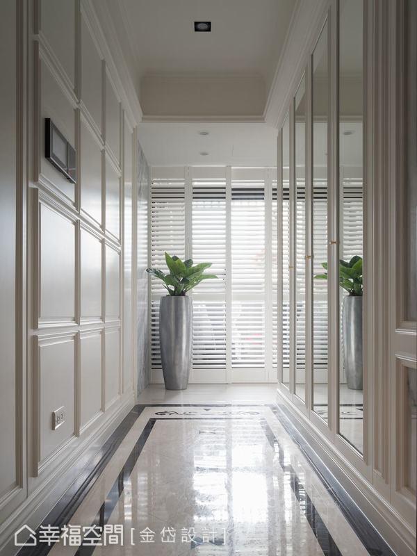金岱設計運用精緻大理石地板,為玄關建構溫馨動人的質感,以線條呼應新古典,鏡面收納解決收納問題。