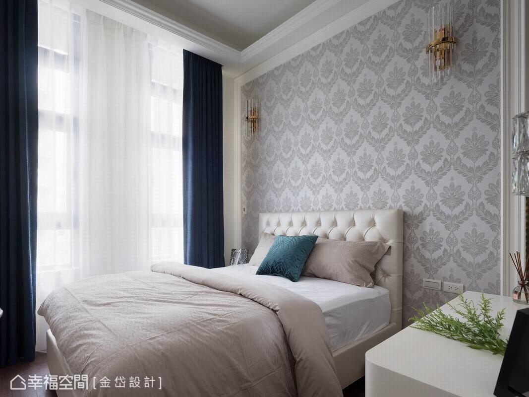 輕古典醞釀出細膩居所私領域,陳美貴與王慧婷設計師以內斂的質感為主臥房營造舒適溫馨的休憩空間。