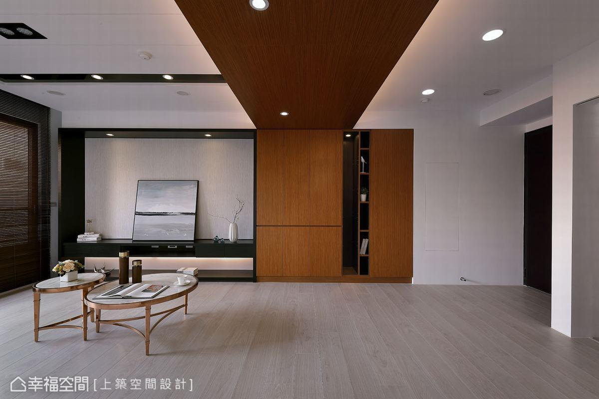 上築空間設計魏子涵設計師,擅長將小坪數發揮大空間感,這條從天地櫃延伸而出的實木皮飾樑,為開放式客廳與廚房,帶來更寬廣的視野感。