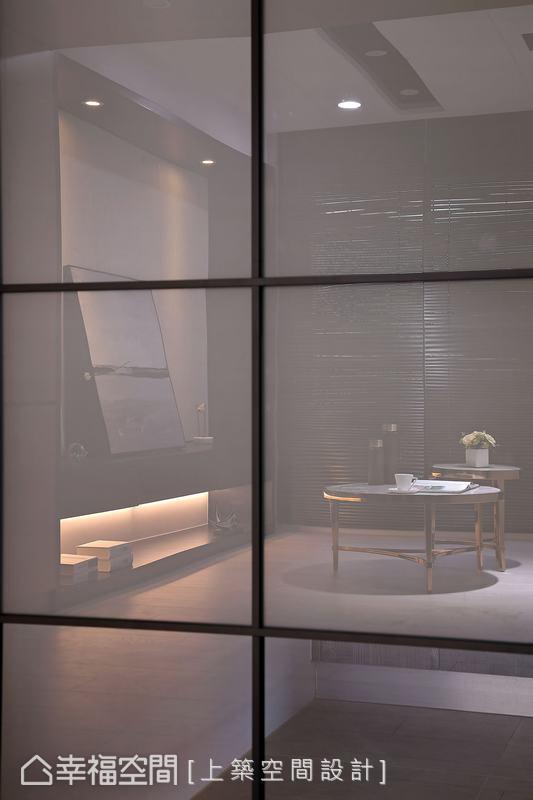 廚房採以霧面玻璃拉門既保持穿透性,又能讓若隱若現的視覺感,又能阻隔烹飪油煙,女主人烹飪之際也能一邊關注小孩在客廳的動態。
