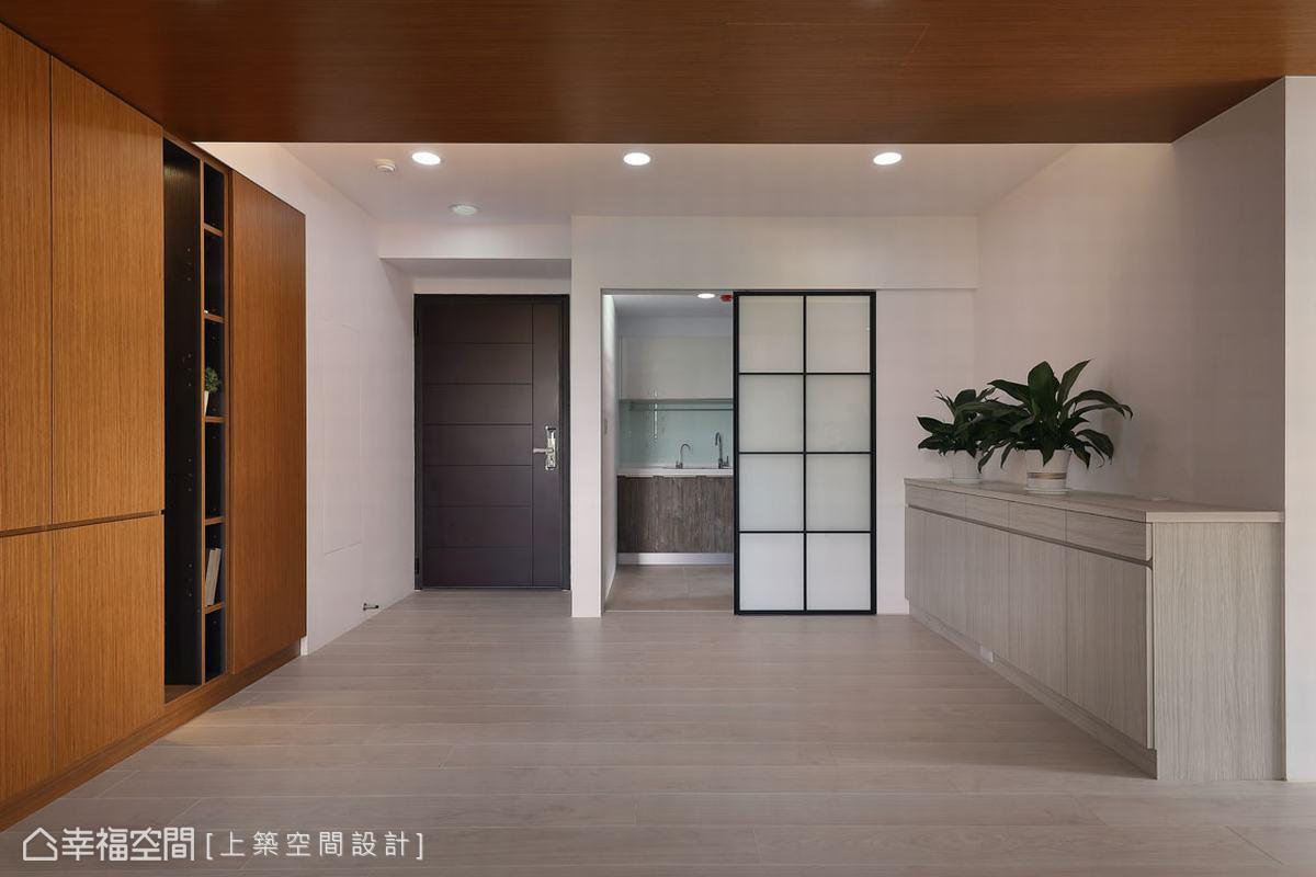 小坪數的收納空間不能少,設計師魏子涵為餐廳打造出橫跨牆面寬度的收納櫃,用來擺設廚房電器等用品。