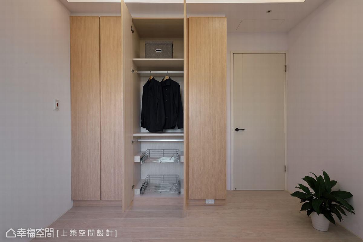 選以橡木白的實木皮系統衣櫃,與白淨牆面構築出清新之美,在滿足小坪數房間的收納需求外,也放大視感,讓小空間不顯壓迫。