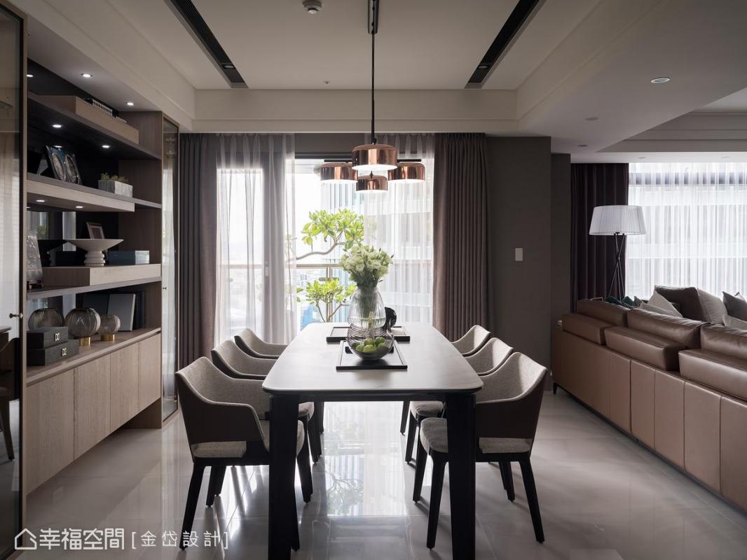 陳美貴設計師將原有的獨立封閉式餐廚區以簡單的線條串連起來,讓家人共享每日精緻美食時光。