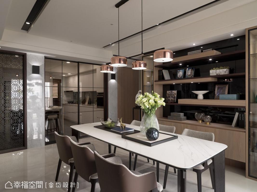 黑色烤漆玻璃創造出通透的景深活力,在簡潔的空間中描繪出餐廚的美學藝術。