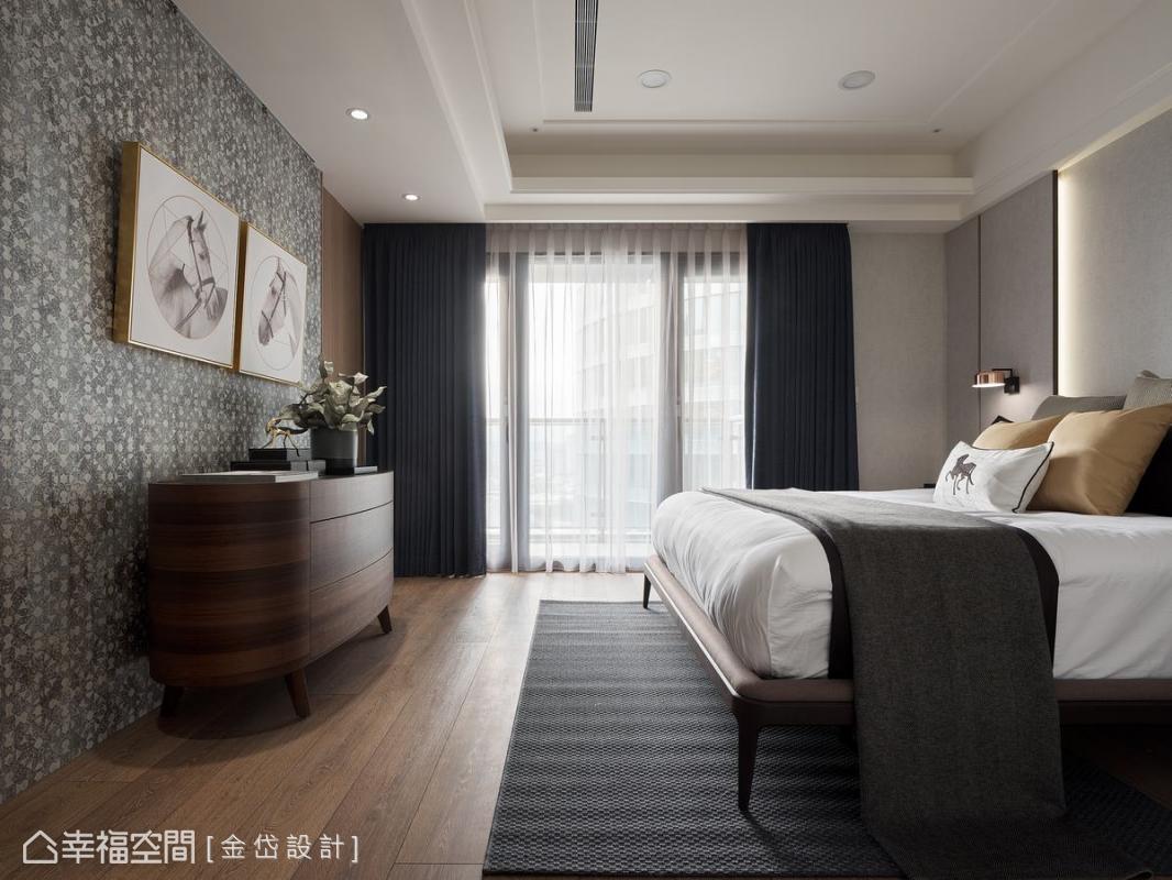 為了營造較單純的睡眠環境,利用線形分割的床頭牆面搭配具設計感的壁紙主題牆,相輔相成打造主臥的溫馨。