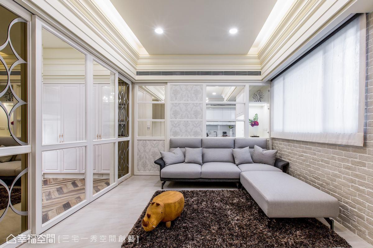 明亮的淺藤色鋪陳客廳,窗台側牆選用屋主喜歡文化石鋪排造型牆,綴以鄉村古典的元素,沙發背牆則運用通透的隔間做處理,保有空間的開闊及舒適性。