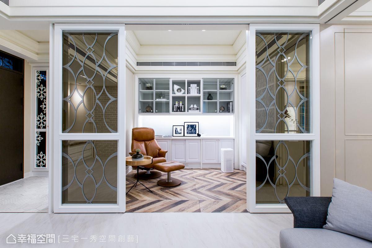 原來的和室空間變身為男主人的書房,運用玻璃隔間保持了書房與客廳的互動性,選用茶鏡搭配鐵件雕花香檳金圖騰,增加高貴的質感。