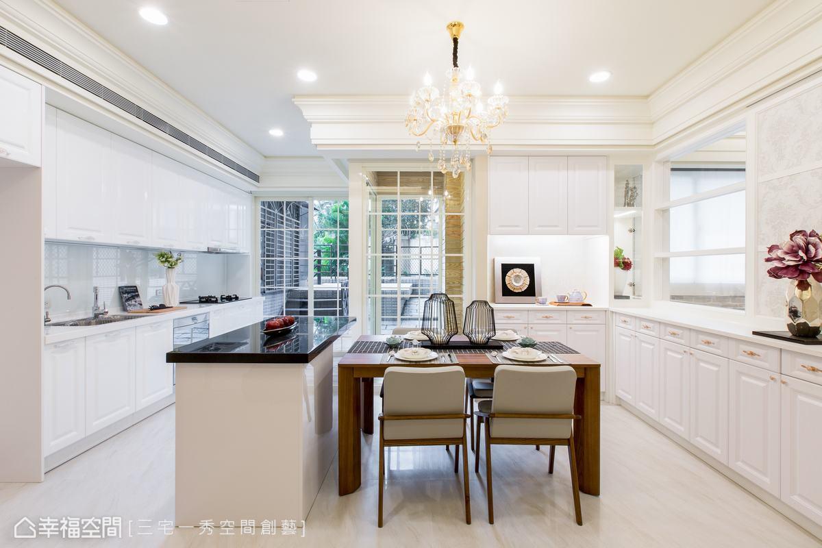 明亮且開放的美式餐廚空間,串聯了餐廳與廚房,一字型廚櫃、搭配中島台及展示餐櫃設計,滿足餐廚空間多元使用機能。