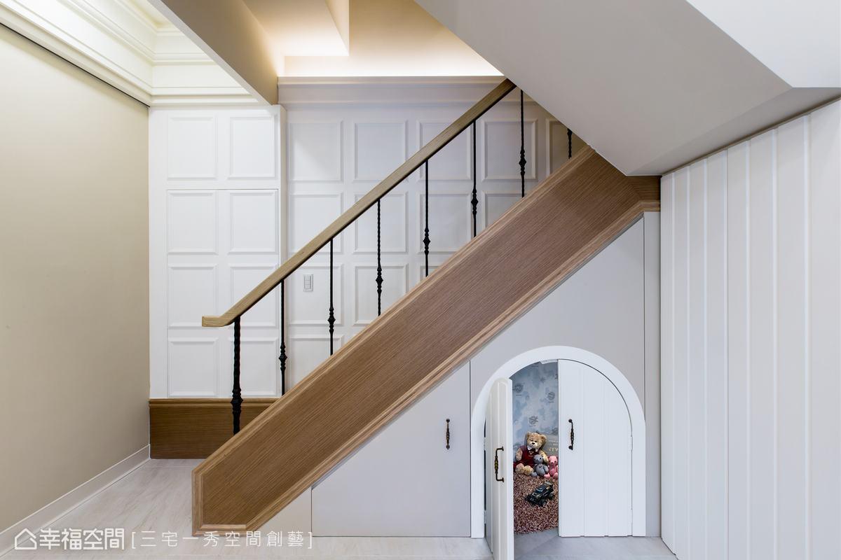 將樓梯重整改向,讓空間變得更寬敞,梯間壁面以線板造型牆,讓空間多了古典雅緻的氛圍,並巧用梯下畸零空間,形塑出小的遊戲空間,未來可以成為屋主小朋友的秘密基地。