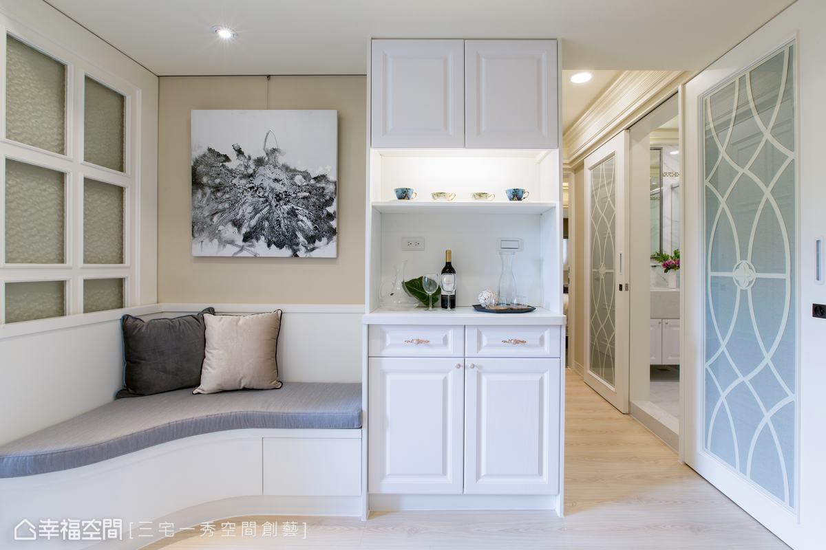二樓空間,特別規劃茶水區,簡易茶水櫃可以放杯子、茶包或小朋友的用品,搭配坐榻安排,形成一處實用雅緻的起居空間。
