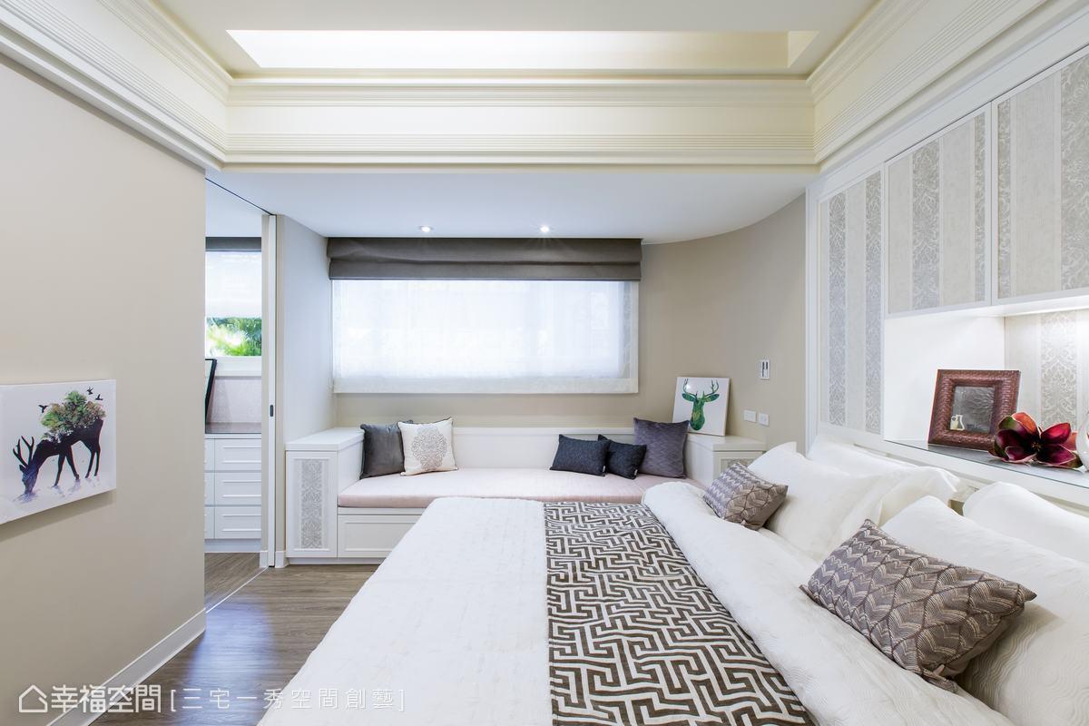 運用素雅的色調以及線條,形構主臥的淡雅清新,一側的臥榻設計讓寢臥空間多了臨窗休憩及收納的機能。
