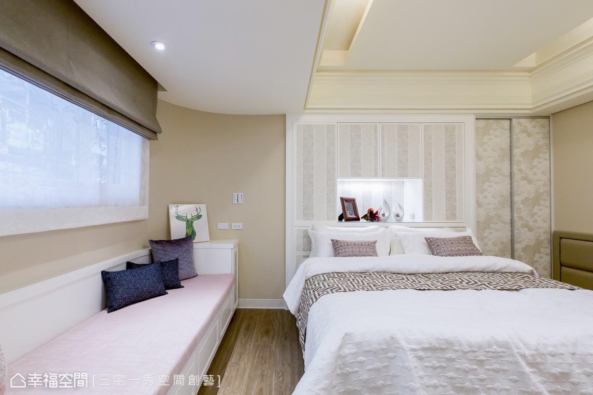 為藏住建築結構柱,郁琇琇設計師特別以收納櫃的形式設計主臥的床背牆,透過造型設計巧妙修飾了柱體。