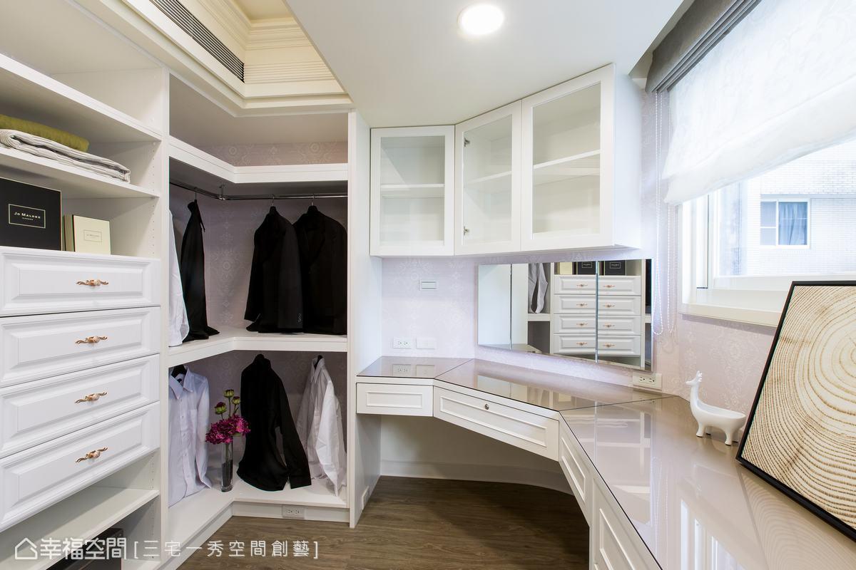 非方正格局的更衣室有一弧角,順著結構配置收納櫃、梳妝台與折鏡,保留了採光窗讓室內有良好的通風與光線,同時也賦予更衣室上收納櫃、矮櫃與抽屜,提供充足收納機能。