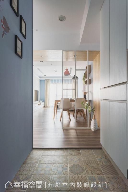 以進口花磚隔出玄關區域,選用大地色系與室內的木地板相互呼應,一旁規劃系統櫃,可收納鞋子、雜物,同時巧妙將電箱藏於無形。