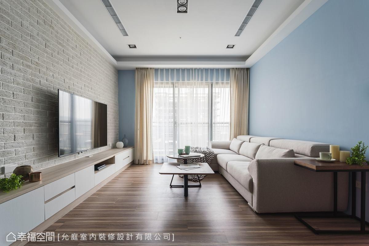 以淺藍作為空間主色調,搭配純淨白色系,及大面窗引入的和煦日光,將場域營造成明亮開闊的北歐風。
