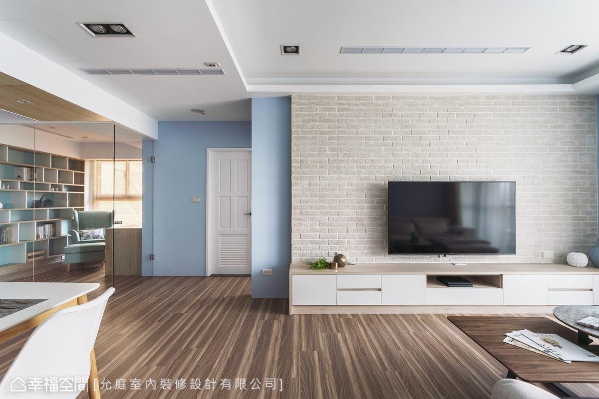 屋主指定使用白色系的文化石作為電視主牆,搭配下方淺色木質收納櫃,營造北歐風的柔和氛圍。