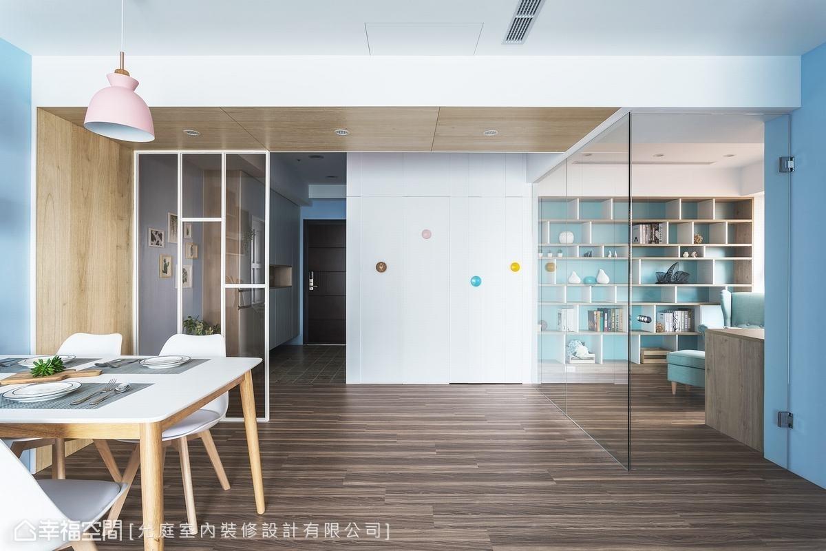廚房以不開放式設計阻隔烹煮油煙,純白色隔間牆搭配彩色的幾何木元素,除了當作造型,亦可作為進出廚房隱藏門的把手。