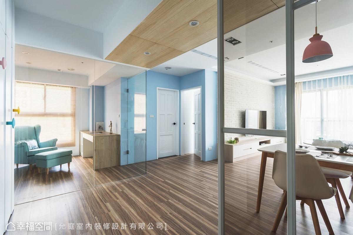 書房利用無邊框玻璃隔間,增加視覺上的穿透性,也讓側面的採光可以輝映入室。房門採用雙向開闔的設計,方便進出。