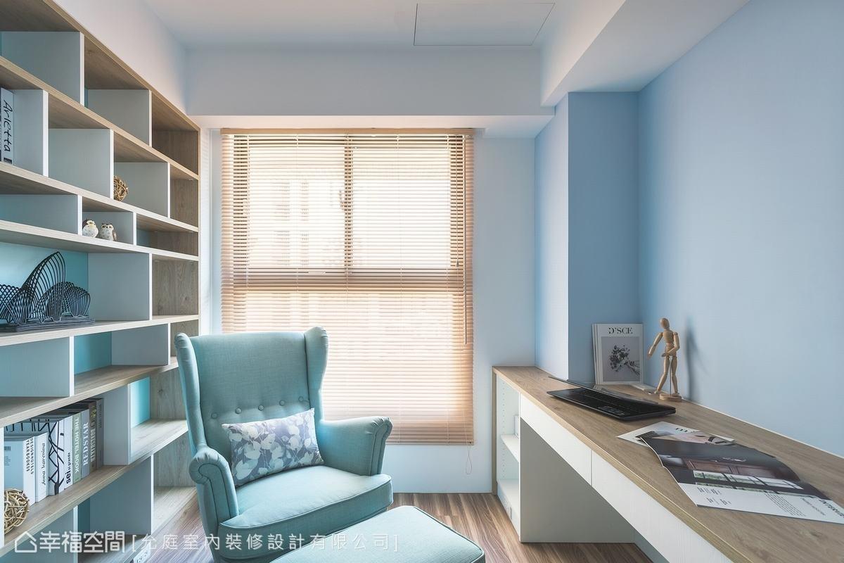 成面的書櫃是以系統櫃打造,其耐重力經過精準的計算,在結構上也有特別加強,雙色搭配的和諧比例創造書房的主題牆面。