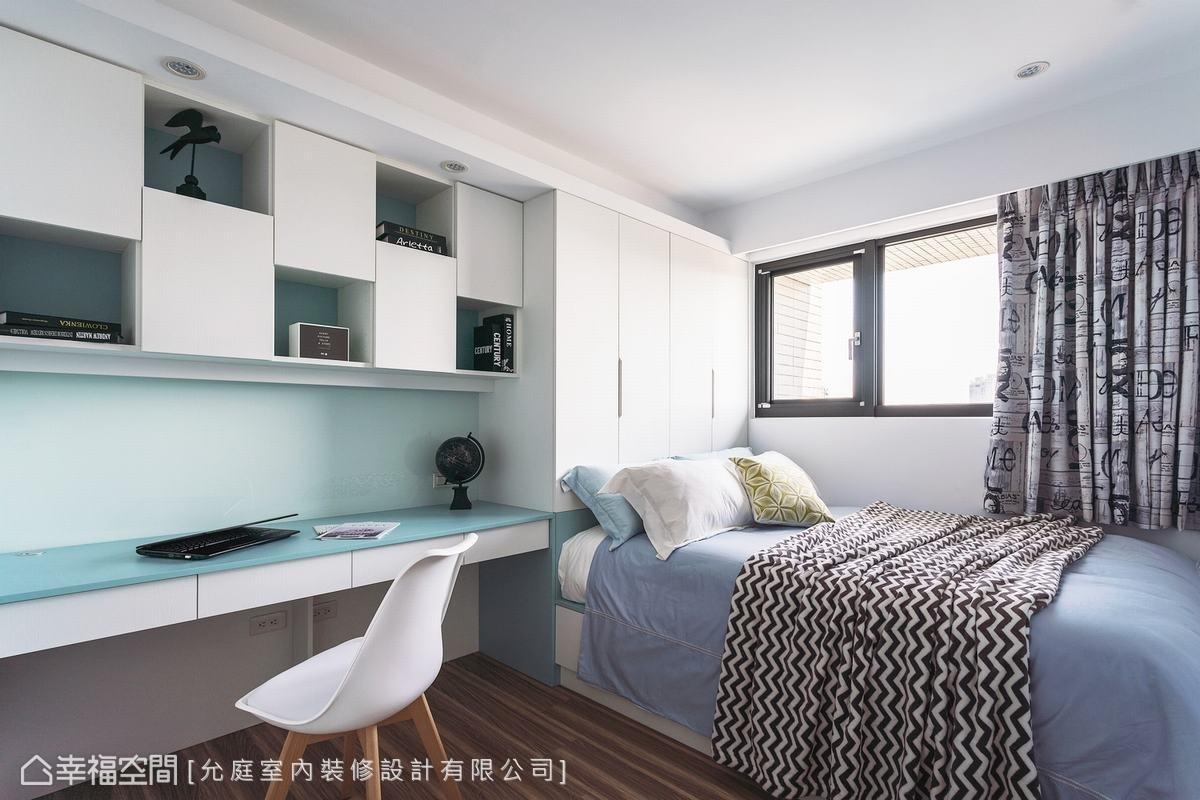 次臥房延續公領域的淺藍色系,以系統板材規劃了書桌及展示收納機能,透過櫃體的變化,替場域增加豐富的層次感。