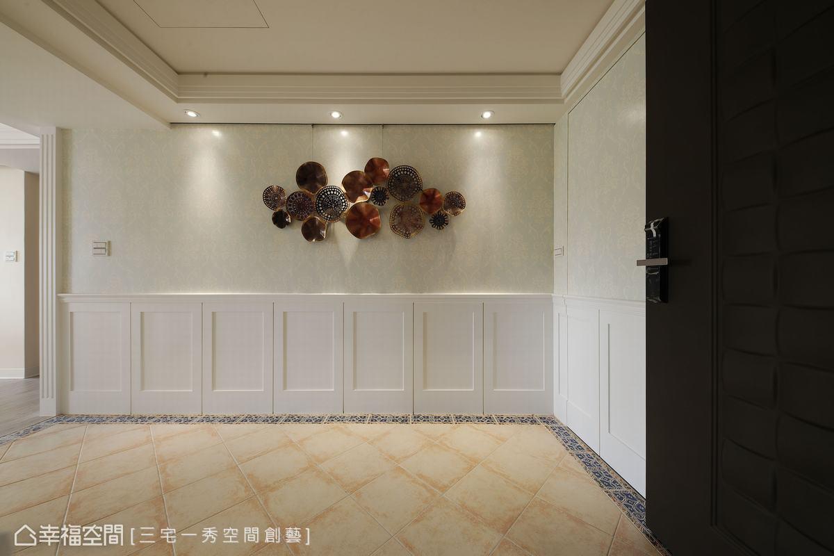 郁琇琇設計師開闊玄關格局,配置衣帽間增添實用機能,輕淺壁紙及白色木作壁板做出優雅風尚大氣展演。