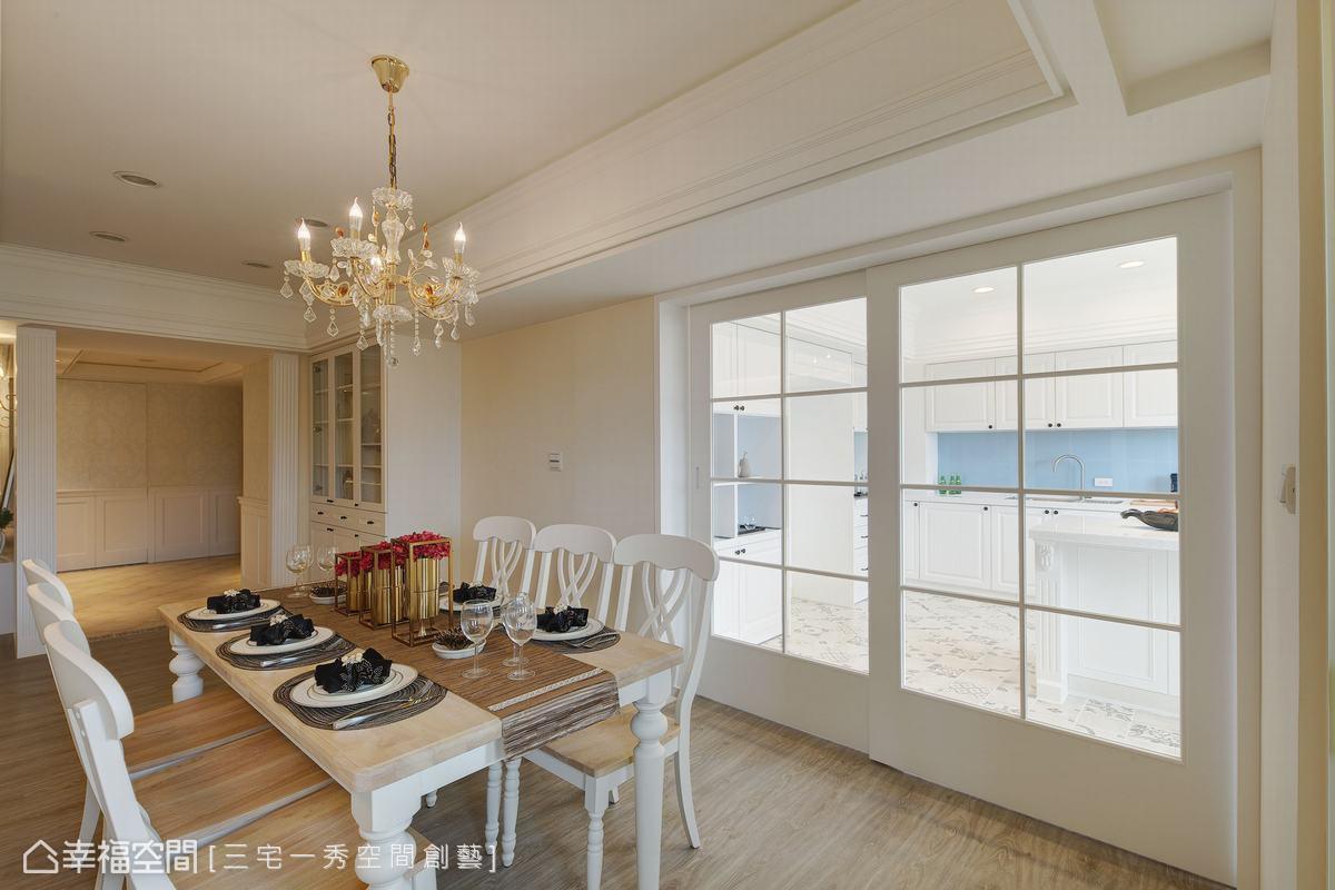 運用白色格子拉門作為餐廚空間的區分,因應生活所需,空間有了最佳活用的彈性度。