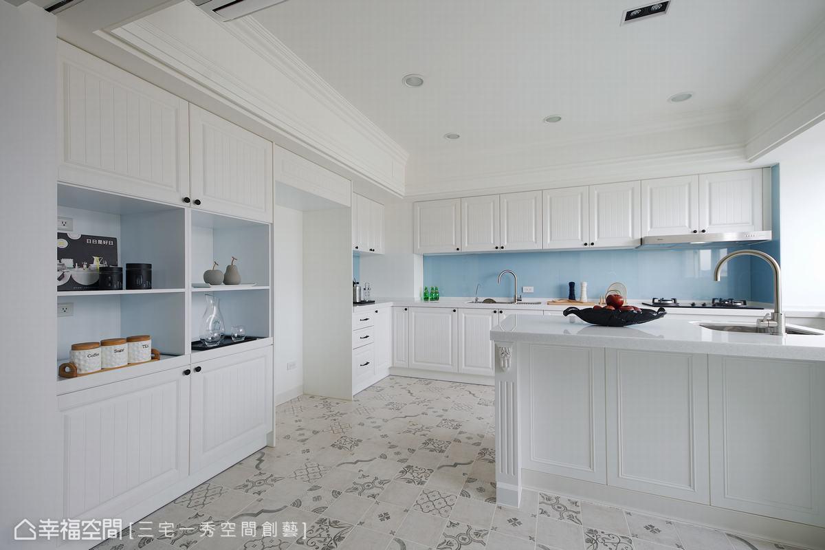 郁琇琇設計師為女屋主重塑加大的廚房空間,ㄇ字型動線規劃,搭配中島設計,提供完整電器櫃、冰箱櫃、餐廚櫃等多元收納機能。