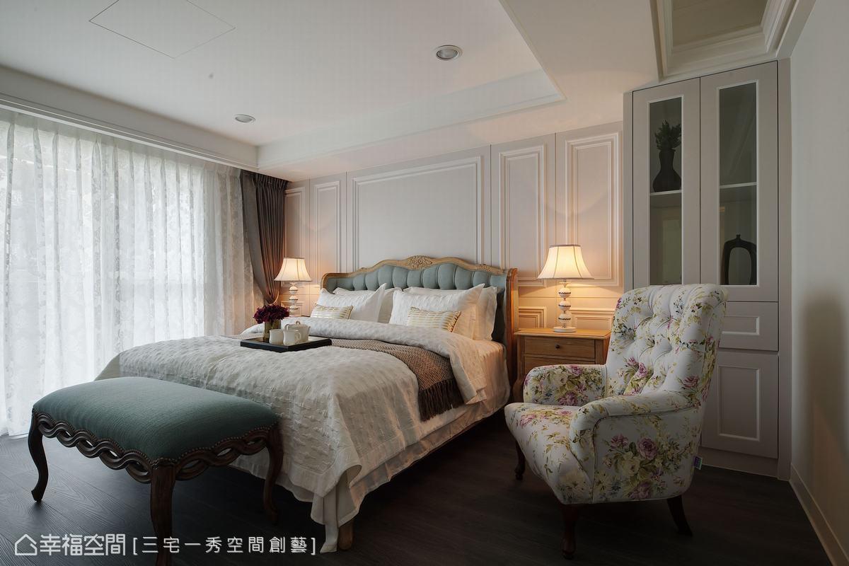素雅的淺藤色主臥室,綴以造型檯燈與美式家具,描繪出濃濃典雅的美式風情。