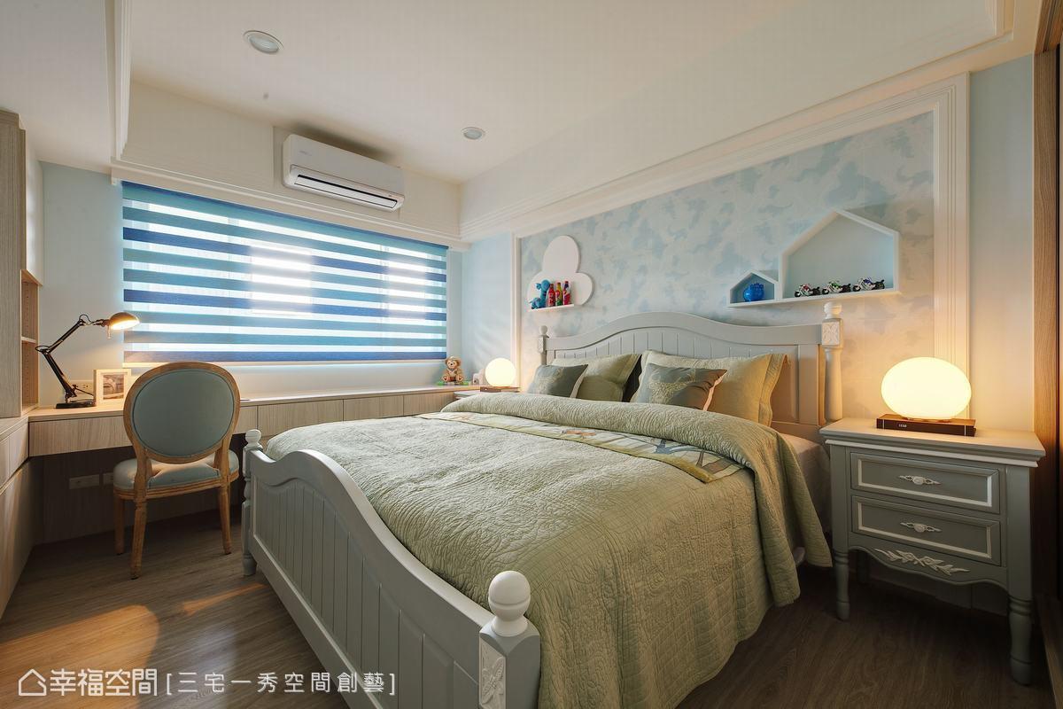 男孩房選以天空藍色系作色彩規劃,融入美式家具,營造清新雅緻的寢臥氛圍。