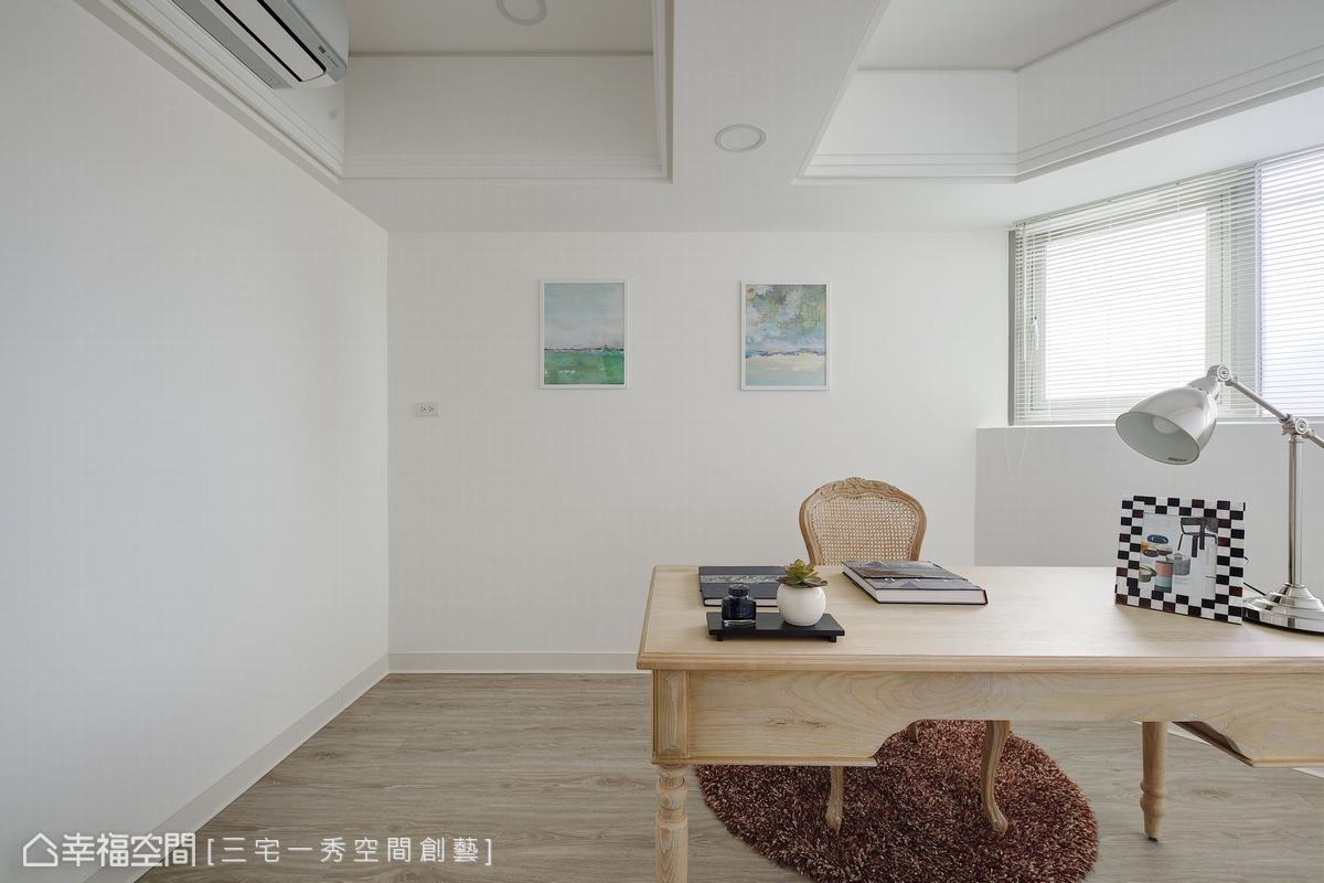 考量此空間有個弧型牆面,郁琇琇設計師選擇將這空間化身書房,避免了成為臥房不夠方正的困擾。