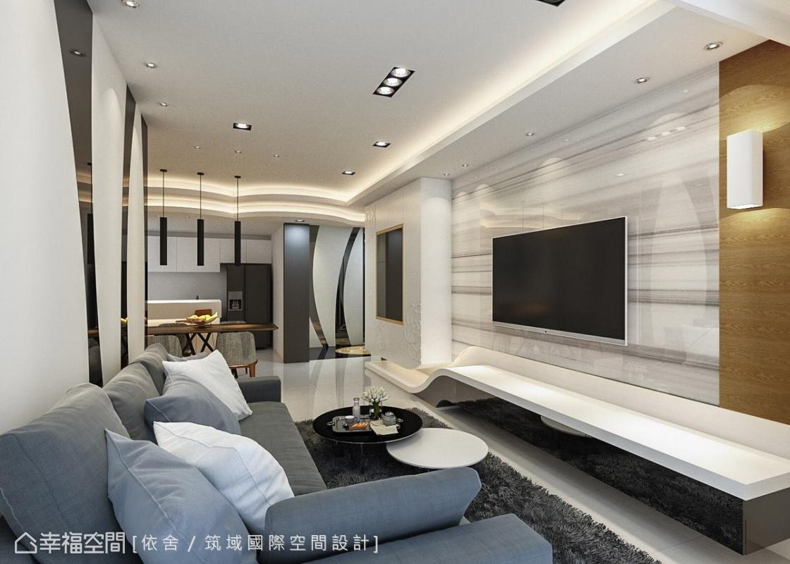 客廳細節部分,玄關櫃弧形線條元素延伸至客廳沙發背牆,利用異形加工玻璃做黑白對比跳色;電視牆利用大理石材質體現大器風範,左側收納櫃的中間加上黑玻材質,使其具有展示功能。