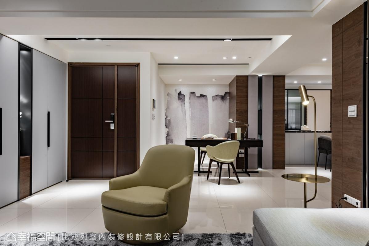 從一進入玄關開始,即可感受灰白相間的空間感,暈染出一室的高雅風範。