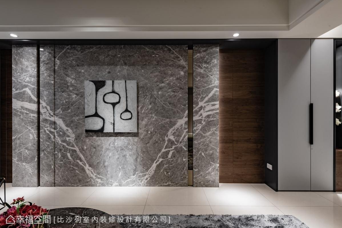 大理石潑墨牆面,勾勒出如精品藝術般的質感,一旁的收納櫃也巧妙融合不顯突兀。
