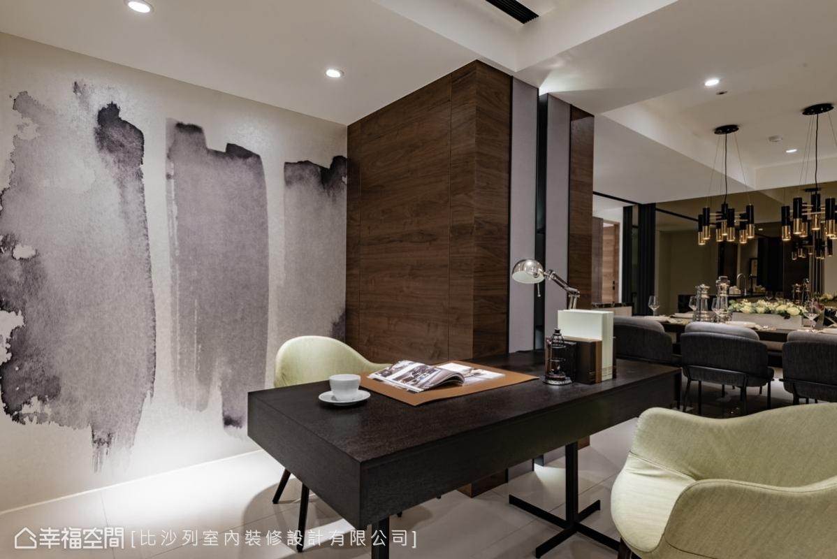 呼應了客廳電視牆大理石的潑墨紋路,在工作空間領域中直接勾勒出大面積的潑墨線條,人文氣質油然而生。
