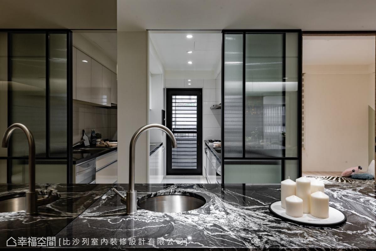 大理石中島台延續了室內整體空間感,比沙列設計總監張靜峰,以清玻璃及長虹玻璃門片區隔出廚房與餐廳,兼俱若隱若現的通透性。