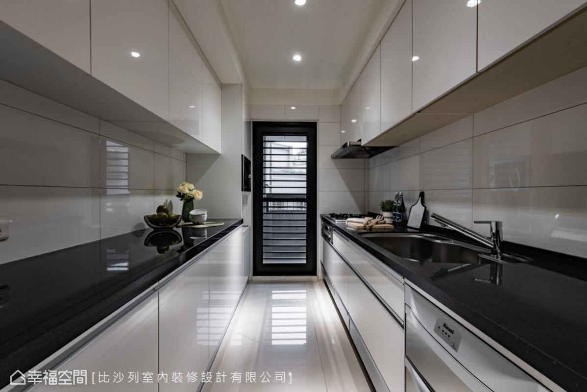 深長的一字型廚房空間,設計師在兩側都巧妙的加入了工作檯面及收納櫃的設計。