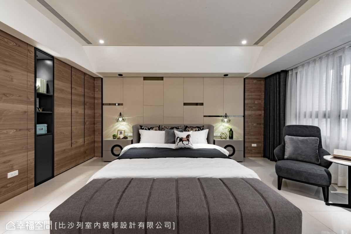 主臥的床頭正對著大樑,比沙列設計總監張靜峰特別以斜面設計削減了大樑的壓迫感;床頭牆以繃布及茶玻交錯運用,呈現不規則的排列感。