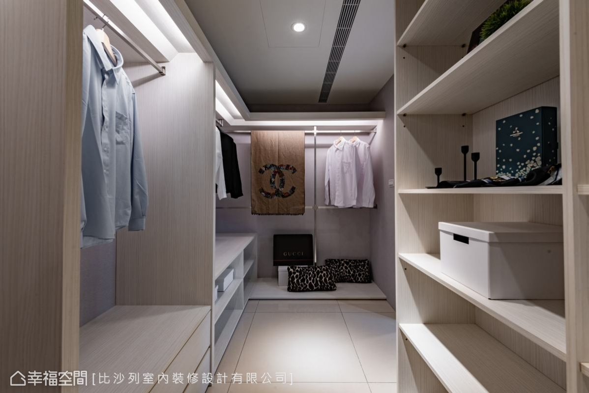 淺色系木質色調與對稱式排列,讓更衣室有一種整齊且溫暖的美感。