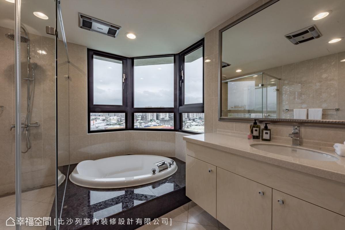 米白色系的衛浴空間,以圓型的按摩浴缸搭配180度的環繞窗景,打造出媲美飯店等級的奢華享受。
