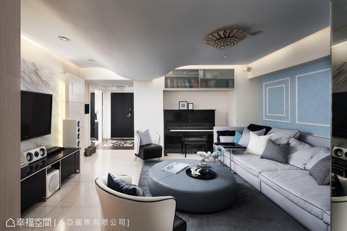 客廳上方有一大梁柱,設計師以波浪型設計包覆,修飾梁柱帶來的壓迫與重量。