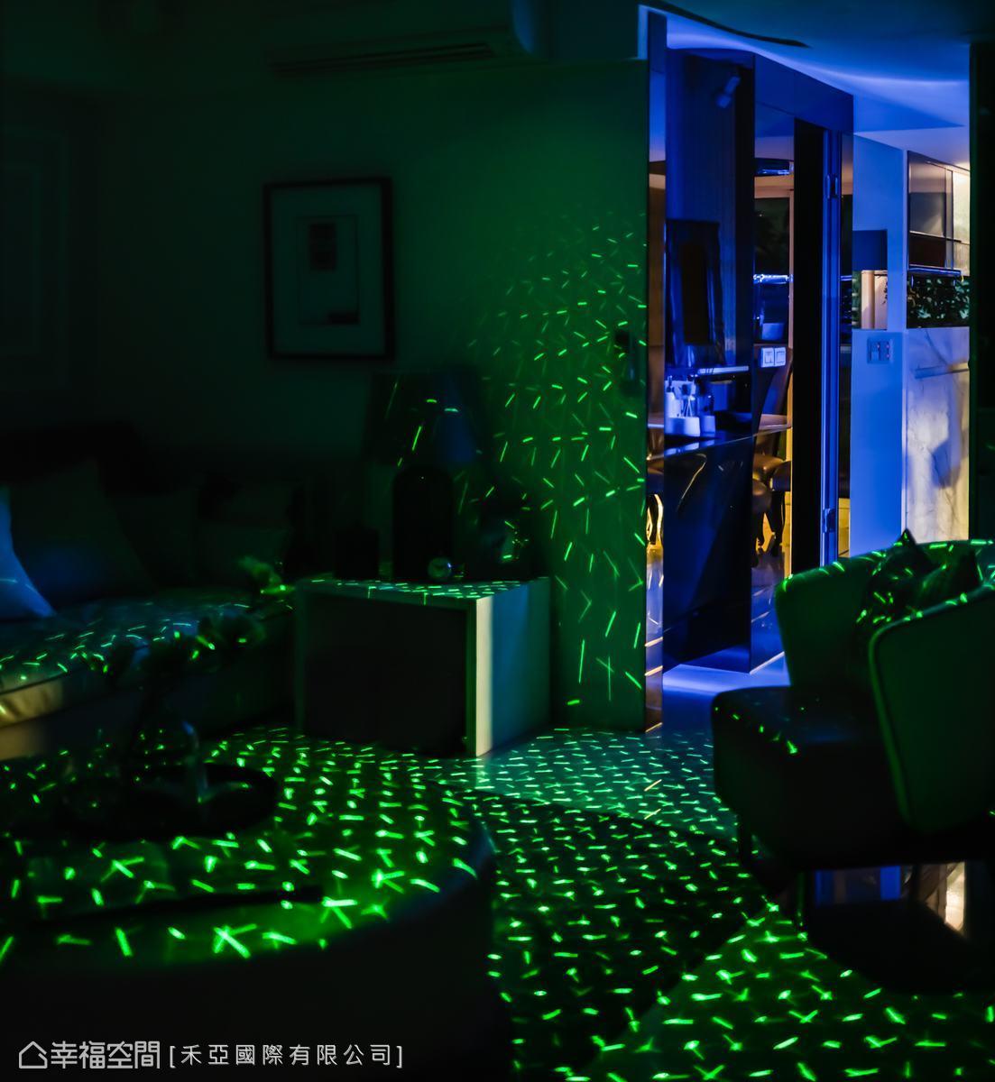 客廳除了影音設備,設計師還特別配置KTV投射光,小舞台、大沙發,滿足全家的娛樂需求。