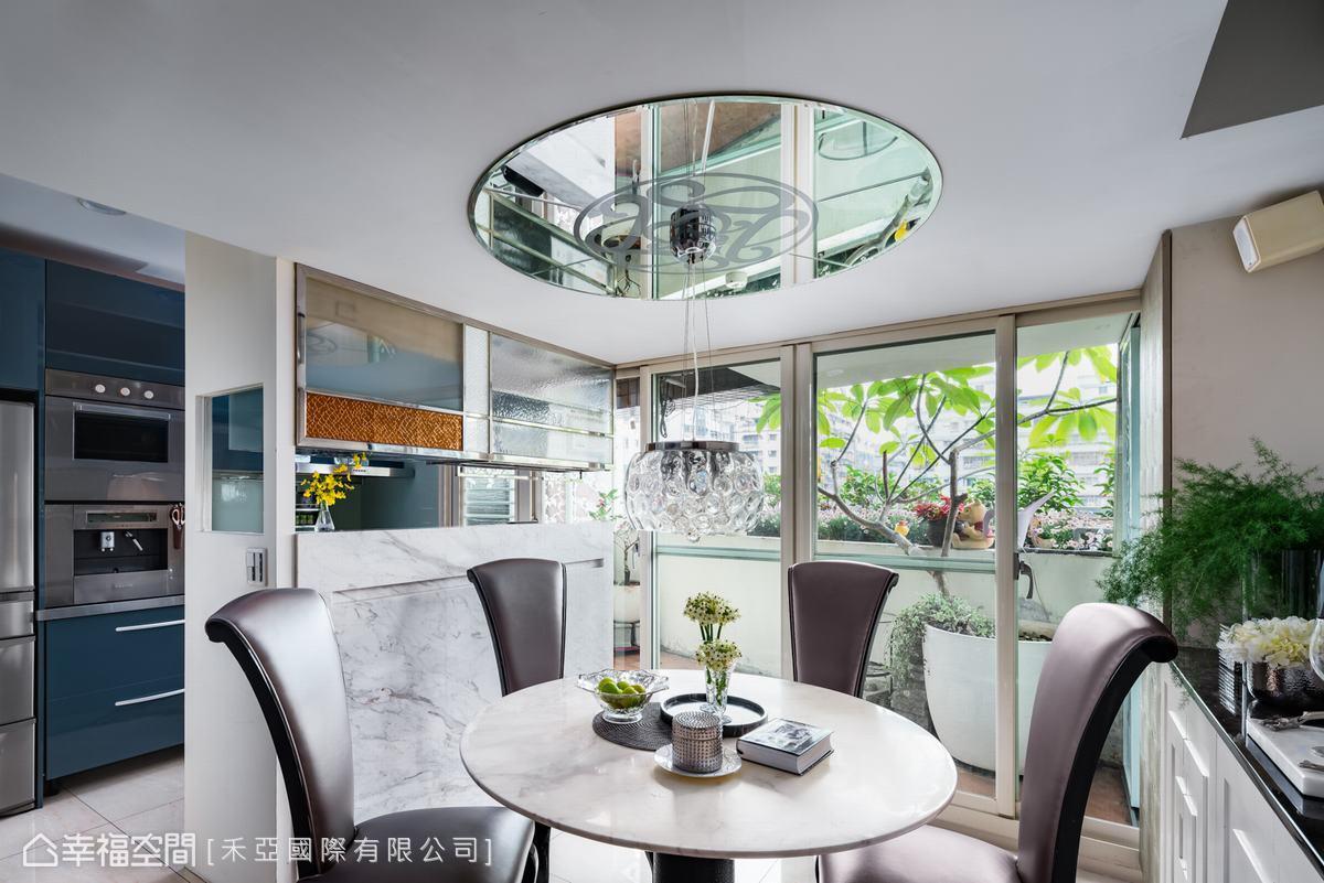 餐廳天花有兩道梁柱交錯,設計師將天花拉平,並配置圓形鏡面拉大空間感,鏡面上以雷雕與噴砂表現家徽,凝聚家族精神。