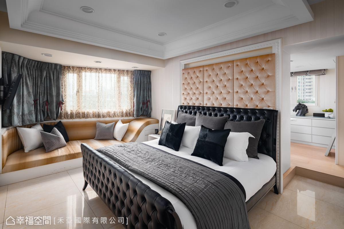原先格局為梯形,天花以線板匡正格局,並以流線型臥榻修飾空間。床背牆使用古典線框,中間搭配法式繃花拉扣,滿足女主人對新古典的嚮往。
