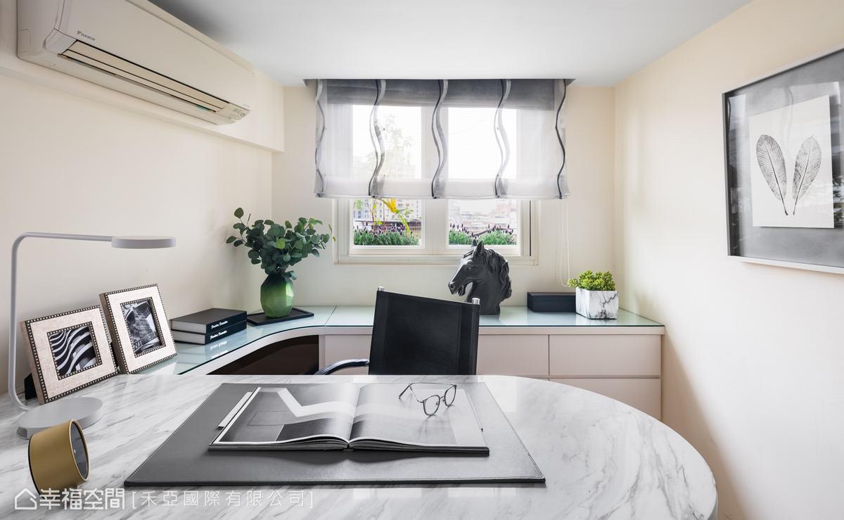 位於床頭牆後方的書房為男主人專用空間,同時也作更衣室使用。桌面以大理石呈現簡潔大氣感受,窗前矮櫃則提供充足收納機能。