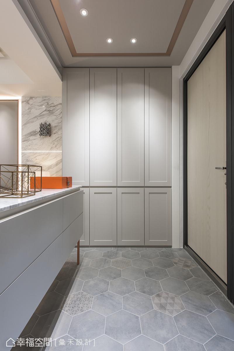 一入門,灰白的六角地磚形成一處落塵區,進門時有一隅轉換心情的角落。白色玄關櫃,除了提供完善的收納機能,又能確保屋內隱私。