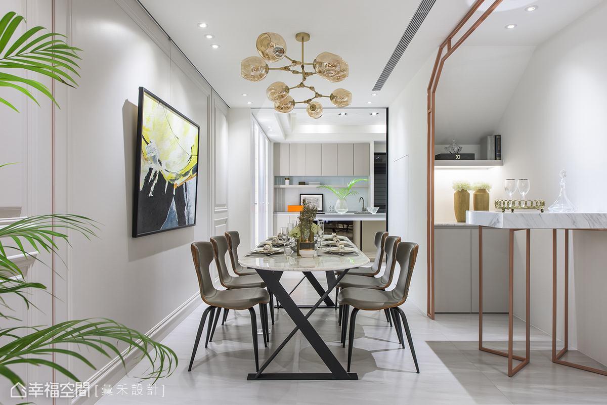 樓梯下畸零地不僅設置了儲藏間,設計師利用金色烤漆鐵件圍塑出個性感十足的吧台區。