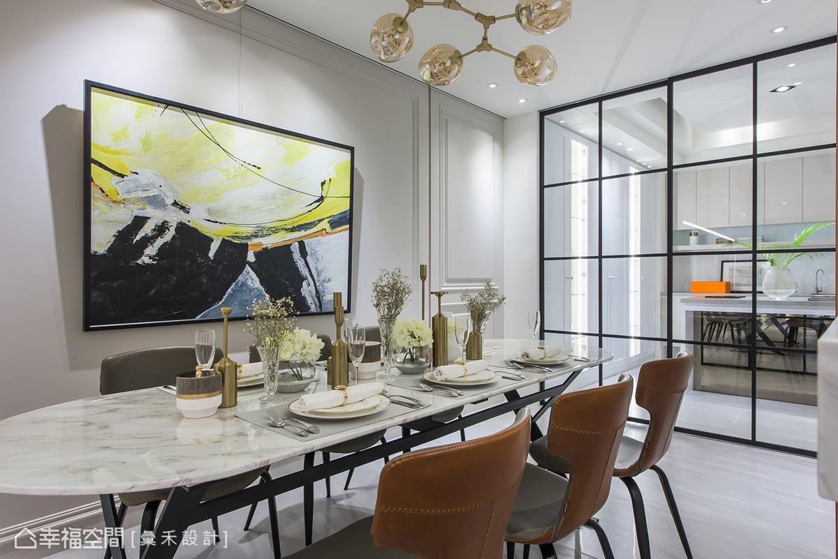 區隔廚房與餐廳的玻璃門,加上鐵件元素圍塑格子狀線條變化,同時又保有穿透性。
