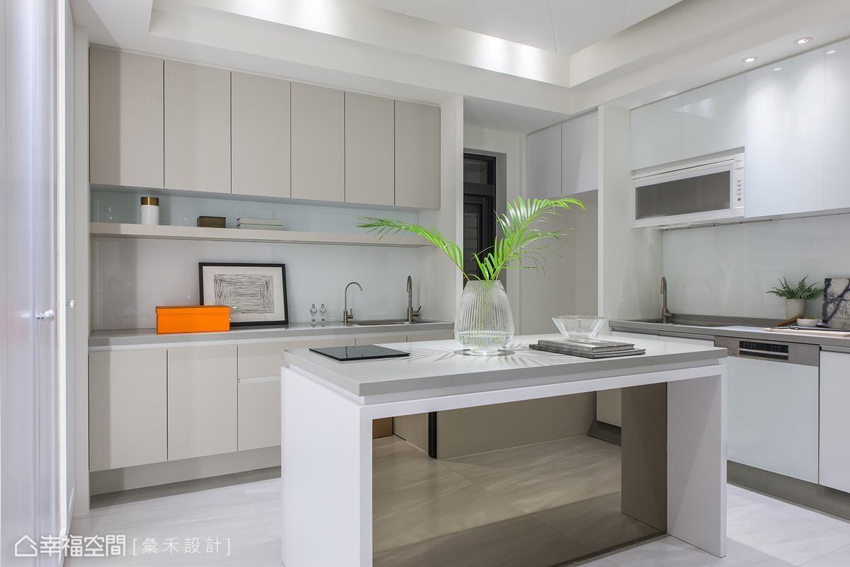 位於空間最底部的廚房,以白色構築出廚房的明亮視覺,料理的天地彷彿置身偶像劇場景。