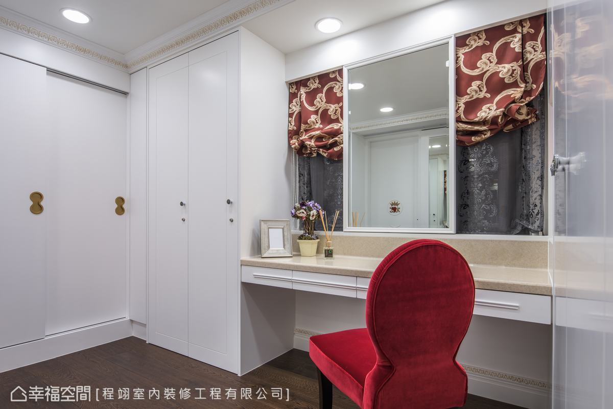 獨立更衣間成為女主人最浪漫的個人空間,紅金雙色窗簾,搭配銀絲圖騰窗紗,在細節處顯露低奢時尚的貴氣質感。