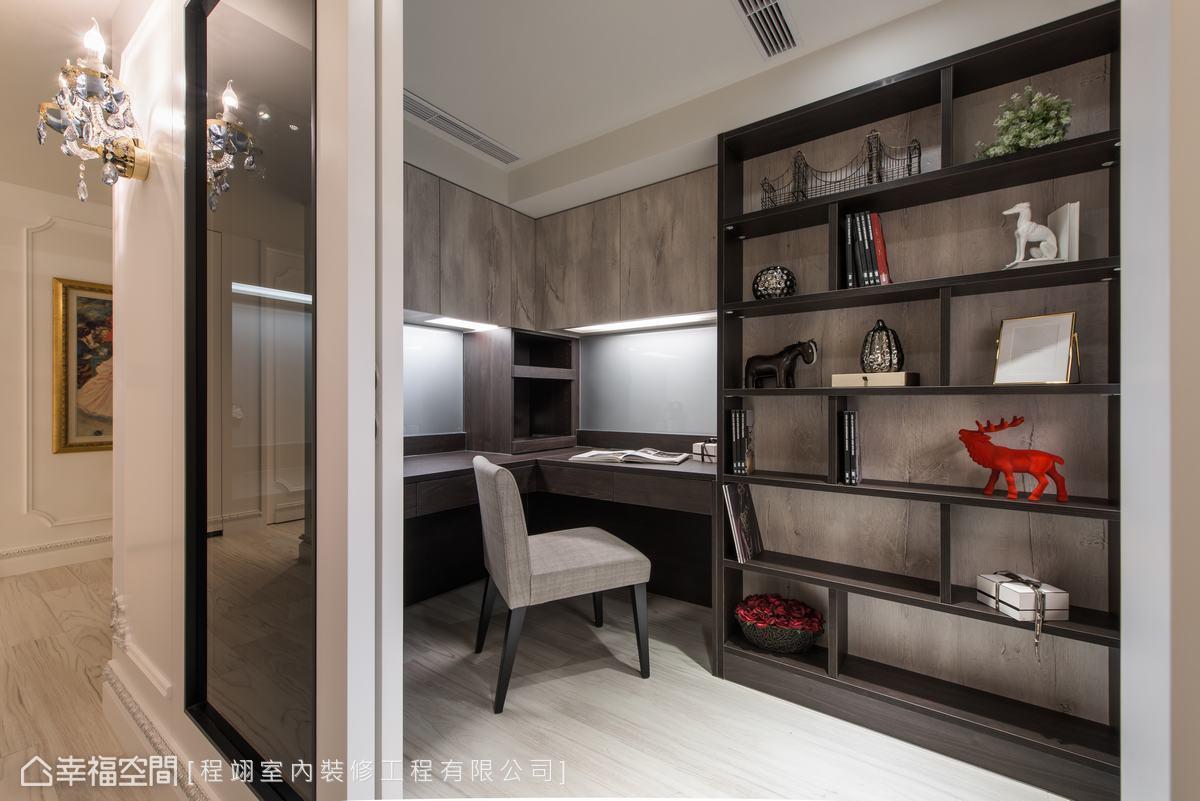 透過灰玻設計,延展了書房的視覺空間感,內斂的大地色系,能夠心氣平和的在此閱讀而不受干擾。